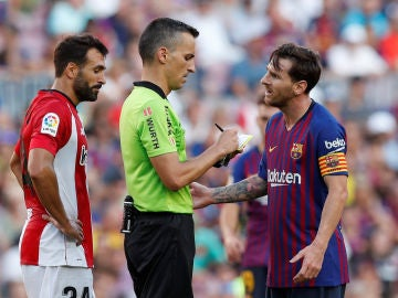 Messi dialoga con Jaime Latre