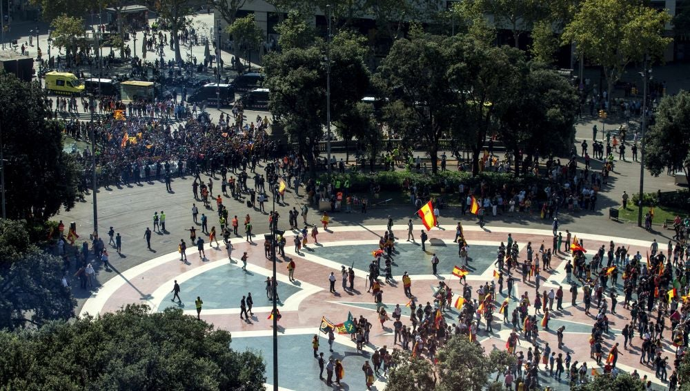Mossos d'Esquadra ante los manifestantes independentistas que pretendían boicotear la manifestación de Jusapol
