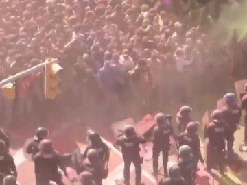 Así fue la carga policial después de que los independentistas lanzara polvos de colores