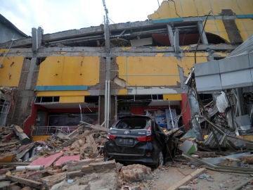 Destrozos tras el seísmo en la isla de Célebes
