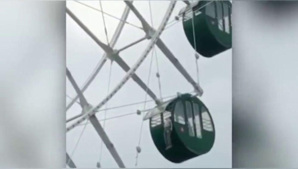 Un niño se queda colgando por el cuello de una noria a 130 metros de altura en China