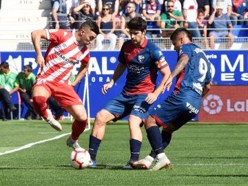 Momento del partido entre el Huesca y el Girona