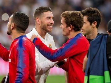 Sergio Ramos y Griezmann se saludan antes del derbi