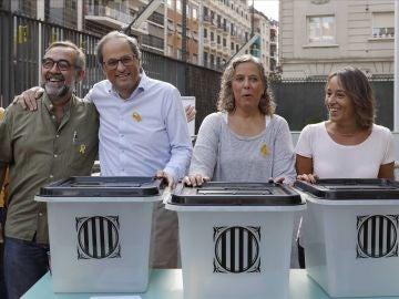 El presidente de la Generalitat, Quim Torra, posa junto a las urnas utilizadas en el 1-O