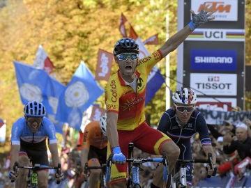 Alejandro Valverde celebra su victoria en el Mundial de Innsbruck