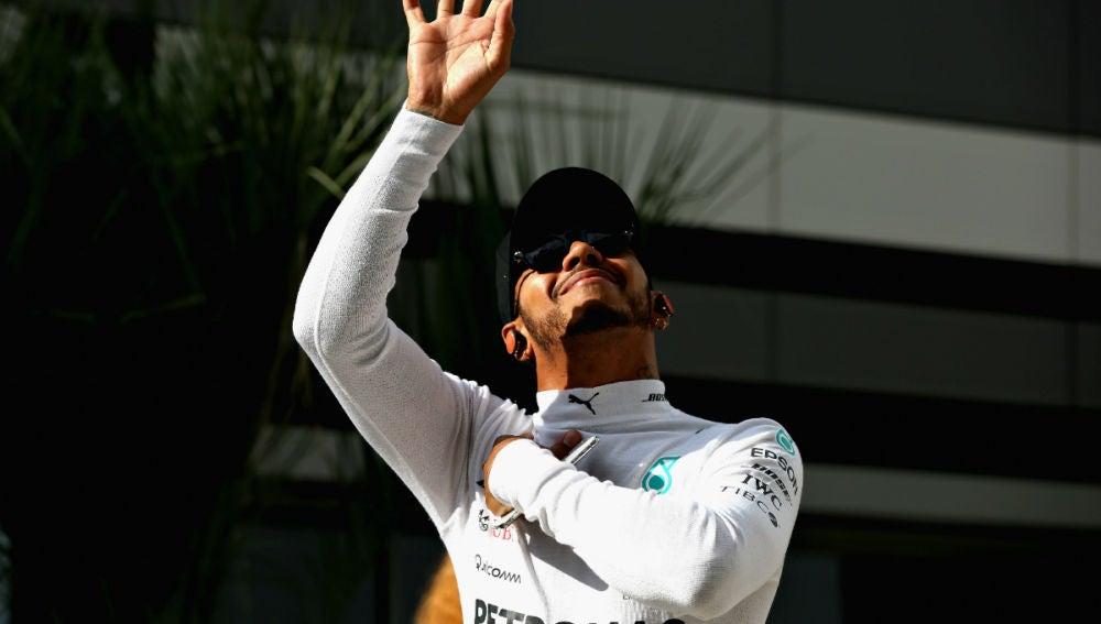 Lewis Hamilton saluda
