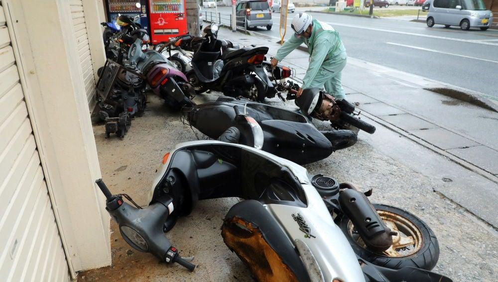 Motos caídas en el suelo debido a los fuertes vientos generados por el tifón Trami en Nishihara