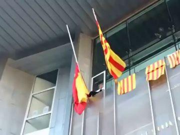 Los CDR entran a la fuerza en la delegación del gobierno de Girona y retiran la bandera española