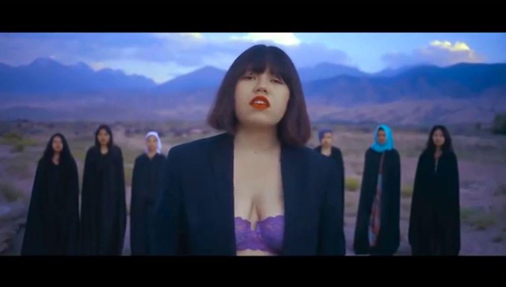 Amenazan de muerte a una cantante por mostrar su sujetador en un vídeoclip