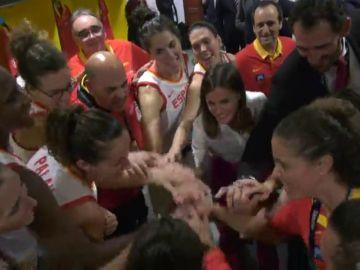 """Así fue la visita de la Reina Letizia a la selección de baloncesto: """"Me encantáis"""""""