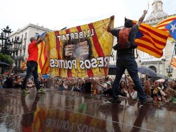 Un grupo de independentistas subidos a una plataforma en la plaza de Sant Jaum de Barcelona