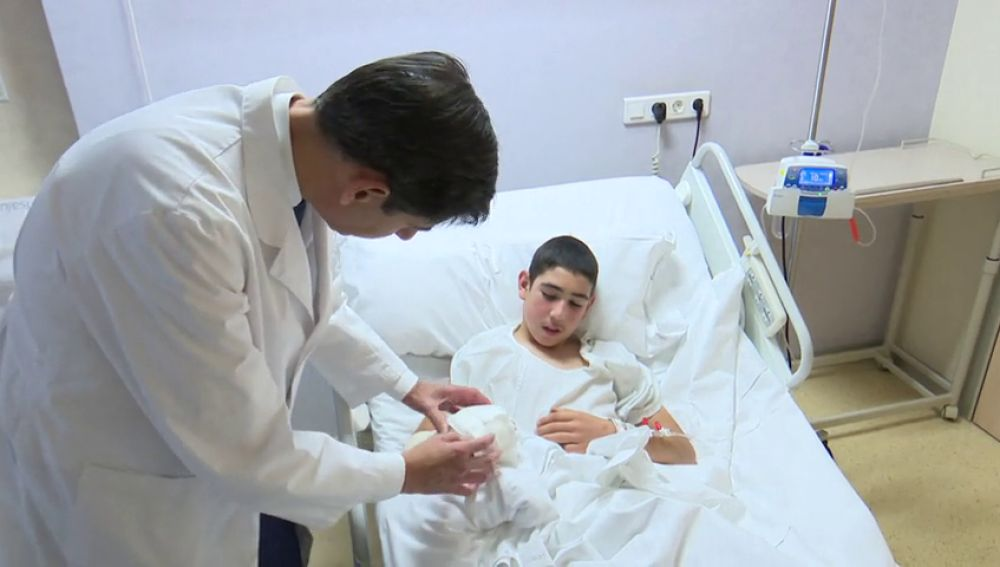 Trasplantan dos dedos del pie a un joven que perdió tres dedos de una mano por la explosión de un cohete en Cantabria