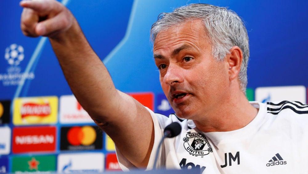 Mourinho señala a los periodistas en la rueda de prensa