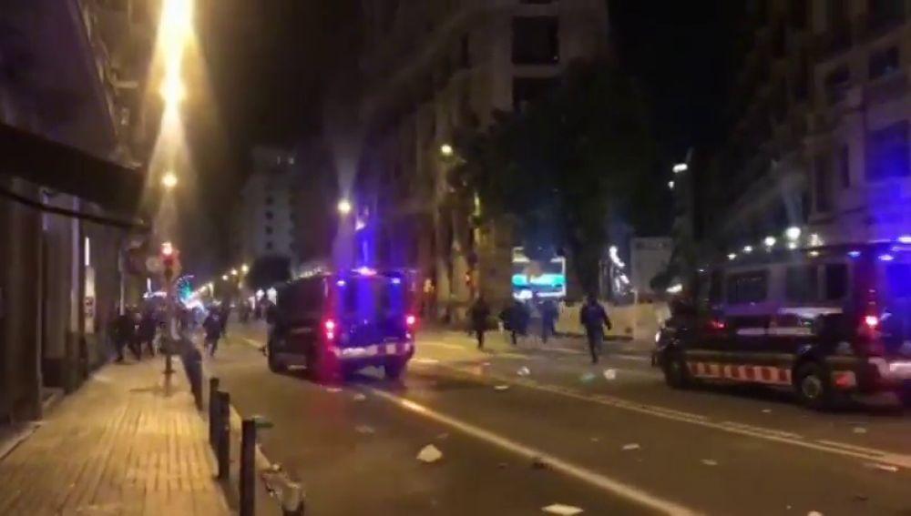 Manifestantes de Barcelona queman una bandera de España y provocan incidentes