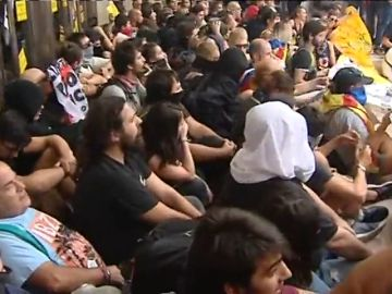 Varios CDR se encadenan en la entrada de la Bolsa de Barcelona