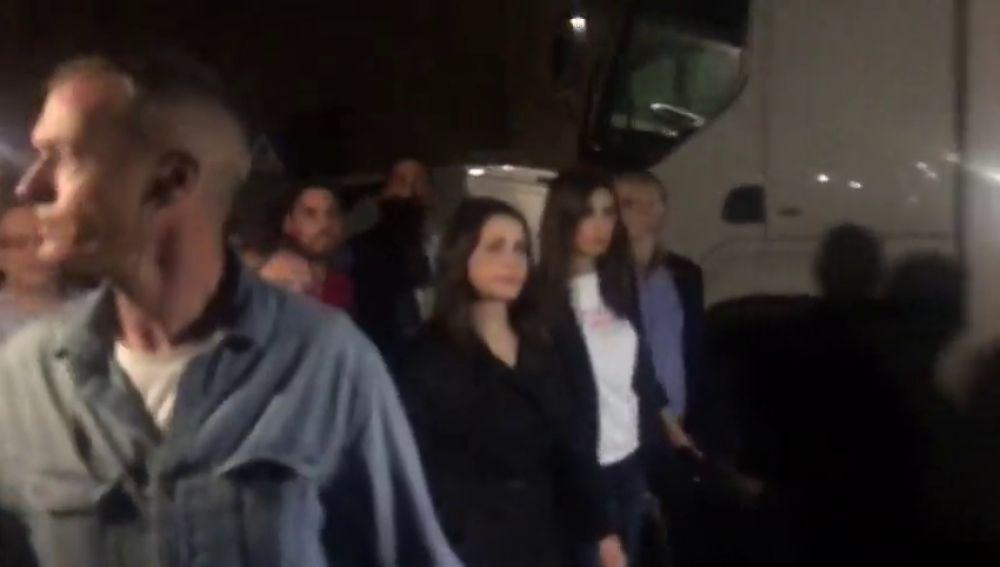 Inés Arrimadas sale del Parlament escoltada y abucheada con gritos de fascista