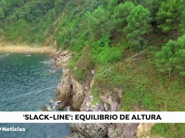 'Slackline' en los acantilados de Pasajes