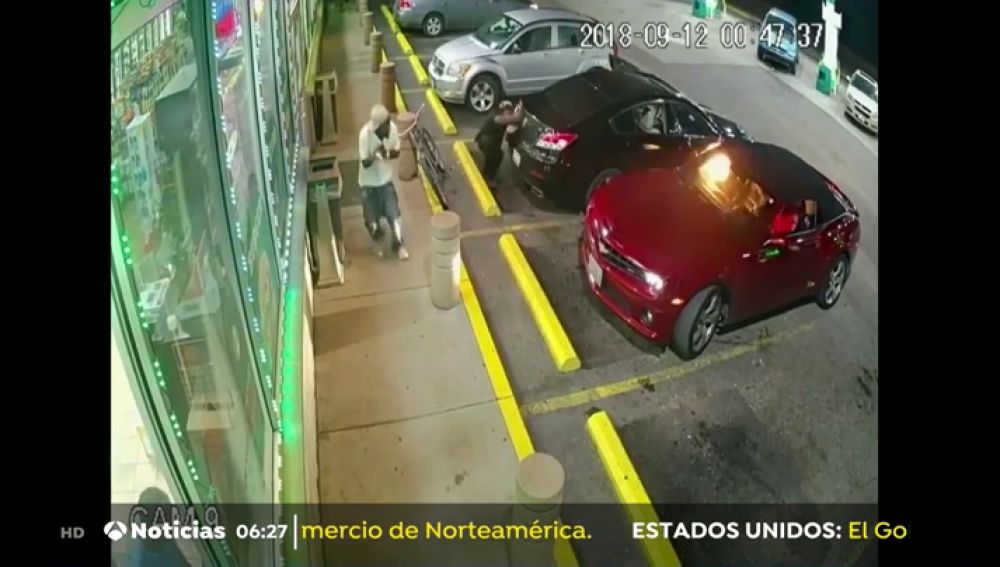Graban el intenso tiroteo entre los ocupantes de dos coches en una gasolinera de Estados Unidos