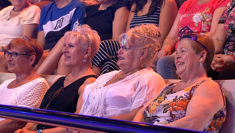 Descubre la peculiar despedida que se inventan unas señoras del público de '¡Ahora Caigo!'