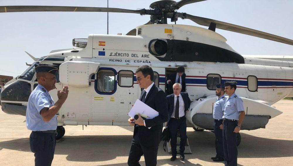Pedro Sánchez delante del helicóptero del Ejército del Aire Súper Puma