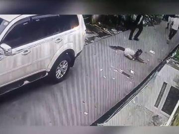 Una niña de 8 años se enfrenta a los ladrones que amenazaban a sus padres a punta de pistola y recupera parte de lo robado