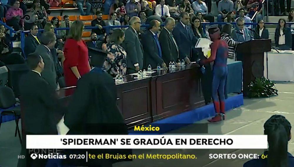 Un joven de 21 años recoge su diploma como graduado en Derecho disfrazado de Spider-Man