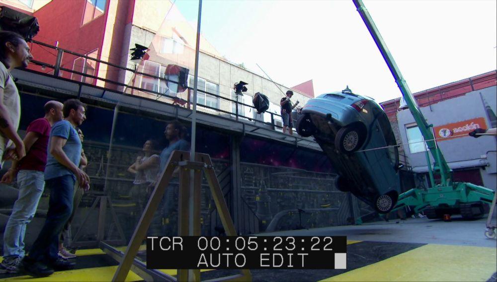 Revive el ensayo con el equipo de ciencia de 'El Hormiguero 3.0' en el que cuelgan un coche por el cinturón de seguridad