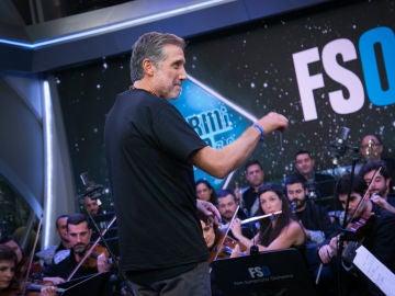 Emilio Aragón dirige su propia composición, 'Médico de Familia', en 'El Hormiguero 3.0' con la Film Symphony Orchestra