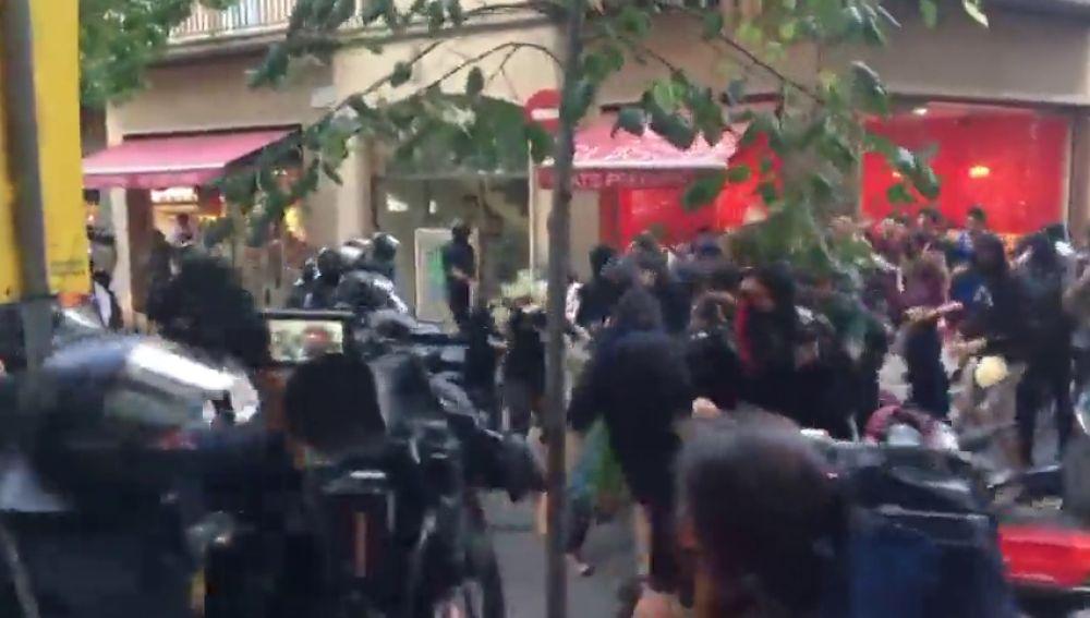 Los Mossos cargan contra manifestantes convocados por los CDR contra otra marcha por la unidad de España