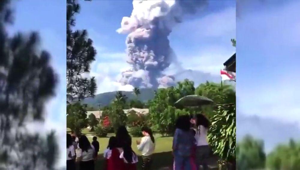 Entra en erupción el volcán Soputan en la isla indonesia de Célebes