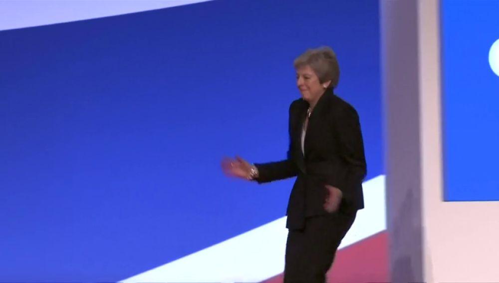 Theresa May se enfrenta al congreso de su partido bailando al ritmo de 'Dancing Queen' de Abba