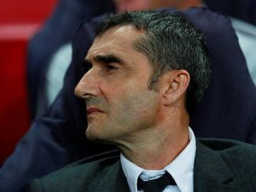 Ernesto Valverde observa desde el banquillo azulgrana