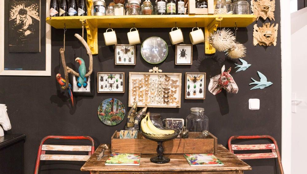 La original cocina donde destacan los elementos naturales como peces, golondrinas o pájaros exóticos