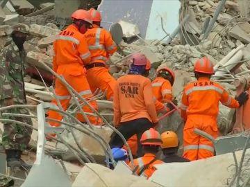 Los equipos de rescate creen que quedan solo 24 horas para encontrar supervivientes en Indonesia