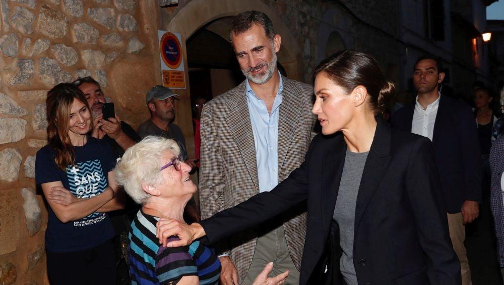 Los reyes Felipe y Letizia conversan con vecinos de Sant Llorenç