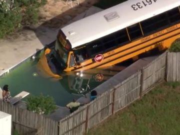 Iba a la escuela en Florida y termina con el autobús en la piscina
