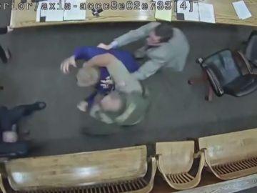 Un acusado se abalanza hacia un agente para intentar coger el arma en pleno juicio