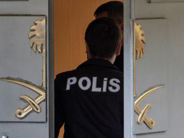 Un policía turco entra en el consulado de Arabia Saudí en Estambul
