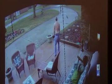 Un menor afroamericano llama al timbre de un hombre para pedir ayuda y este le dispara