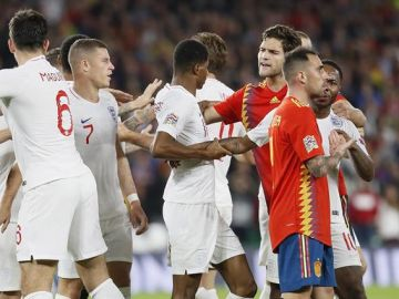 Jugadores de las selecciones de España e Inglaterra durante el partido de la Liga de las Naciones disputado esta noche en el estadio Benito Villamarín