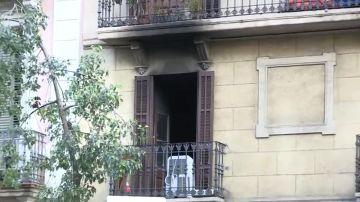 Dos personas en estado crítico y 16 heridas leves en un incendio provocado en un edificio en Barcelona