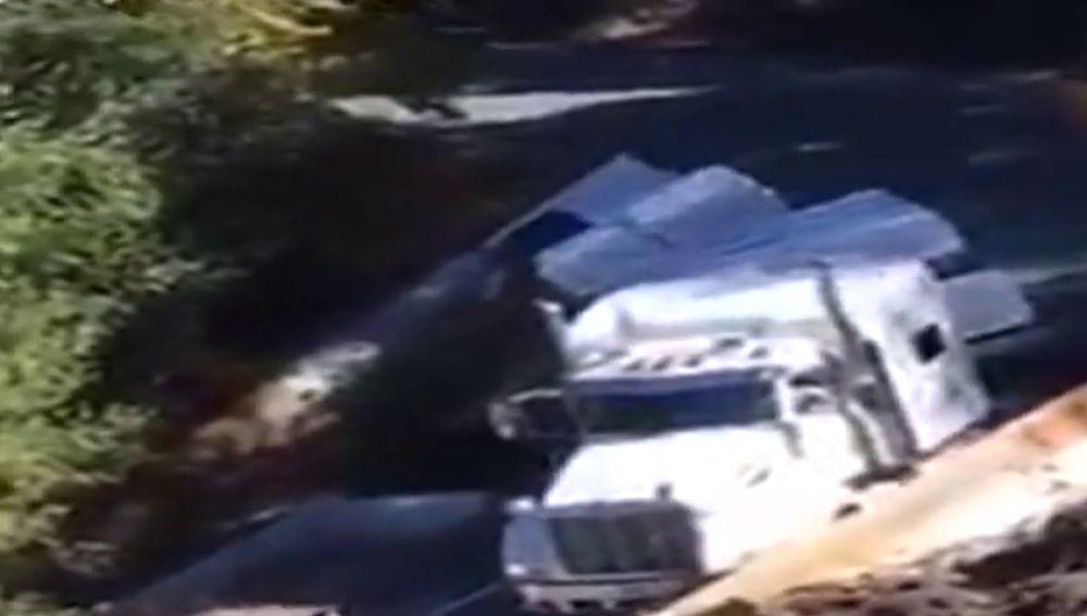Un camión vuelca tras saltarse las indicaciones de precaución