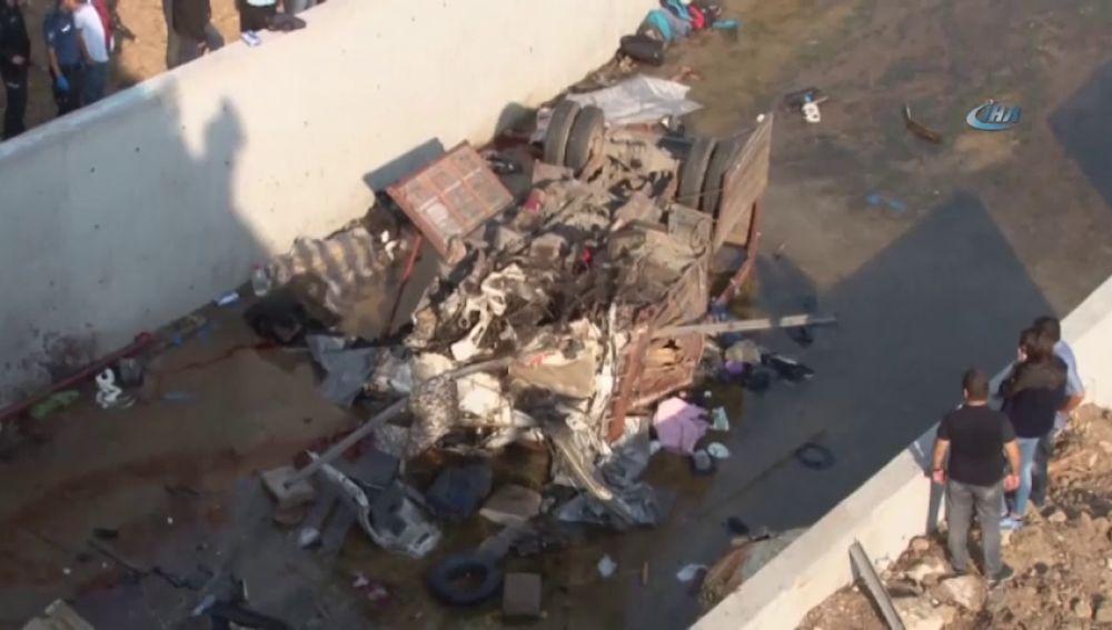 Una veintena de migrantes mueren tras volcar el camión en el que viajaban