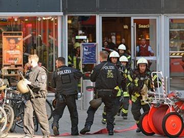 Policía y bomberos se despliegan por los alrededores de la estación central de Colonia (Alemania)