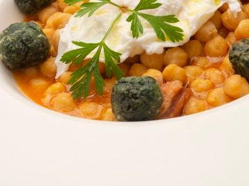 Garbanzos con chorizo, espinacas y huevo