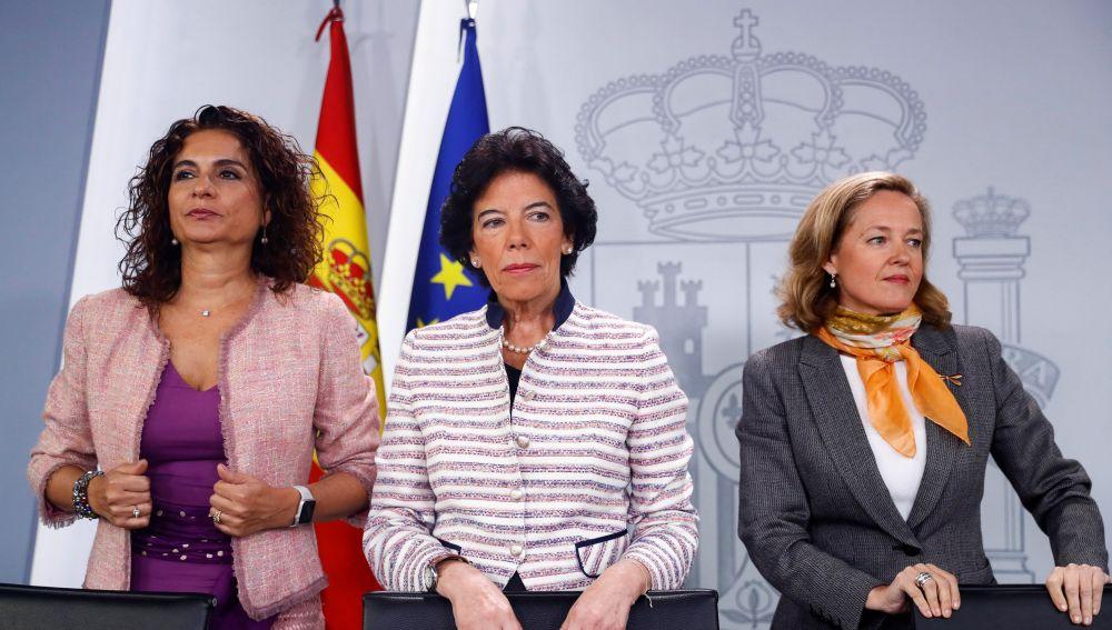 Las ministras de Hacienda María Jesús Montero, ministra Portavoz Isabel Celaá, y de Economía Nadia Calviño