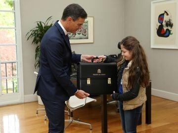 El presidente del Gobierno, Pedro Sánchez, con Irene.