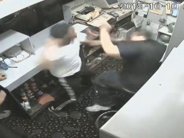 Agreden al trabajador de una bolera en Michigan
