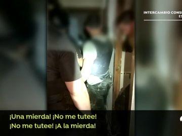 """VÍDEO: La peligrosa detención de un pirómano pillado 'in fraganti' quemando su casa: """"No te acerques, que te atravieso"""""""