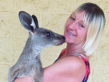 Linda Smith junto a un canguro en Australia